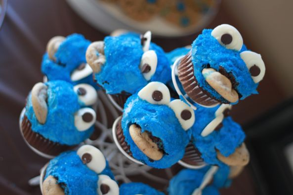 Cookie monster birthday party theme - cupcakes